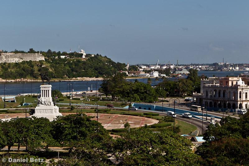 Blick auf die Hafeneinfahrt und Máximo Gomez