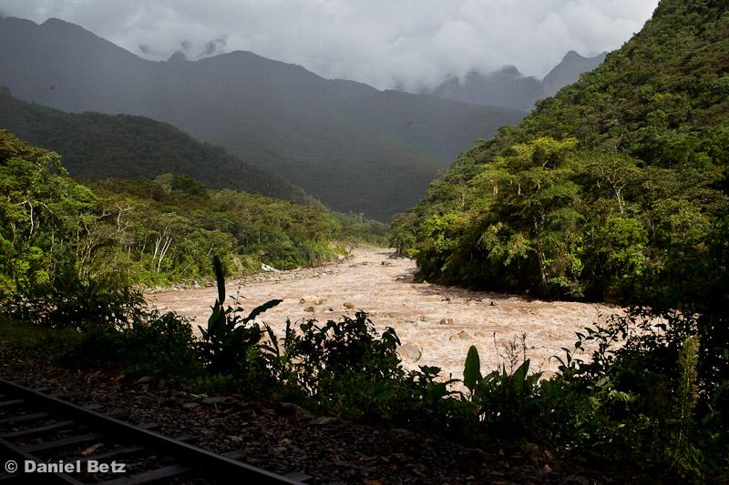 An der Bahnlinie und dem Fluss entlang