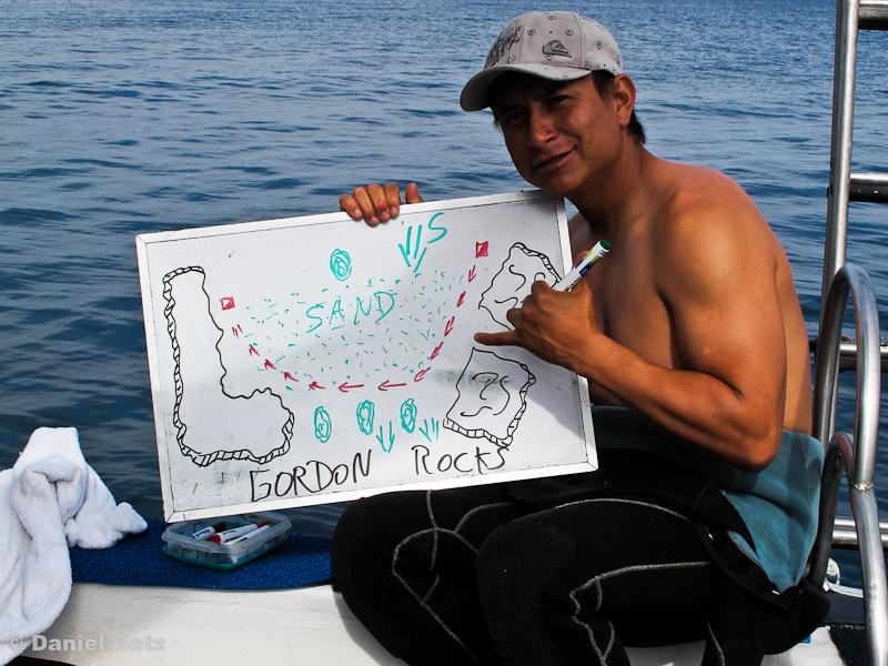 Alex, unser Dive Master beim Briefing für Gordon Rocks